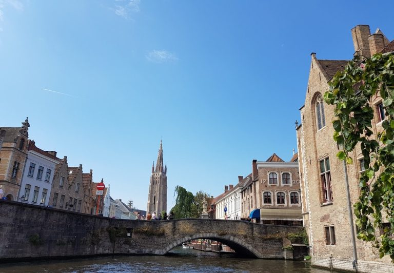 Private tour Brugge on a canal cruise